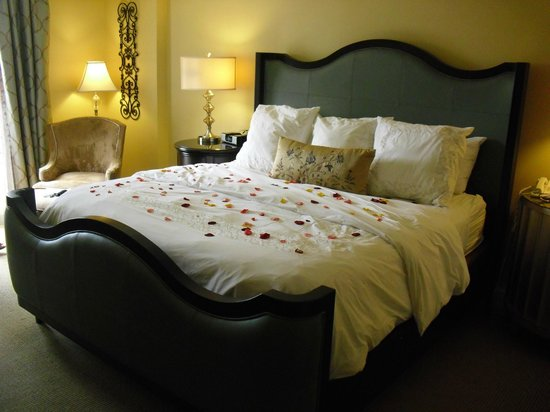 Chateau Elan Winery And Resort: Bed with rose petals