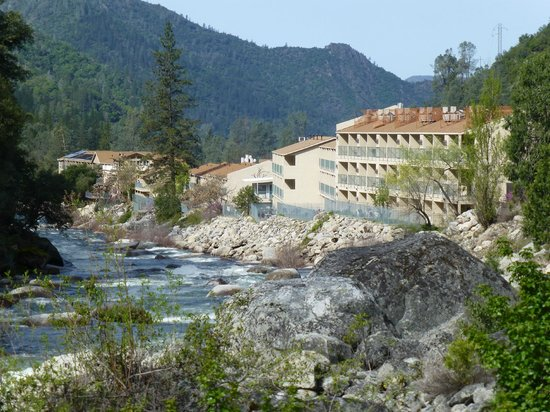 Yosemite View Lodge: Backside of the hotel