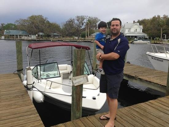 Homosassa Riverside Resort: me & my son by boat dock
