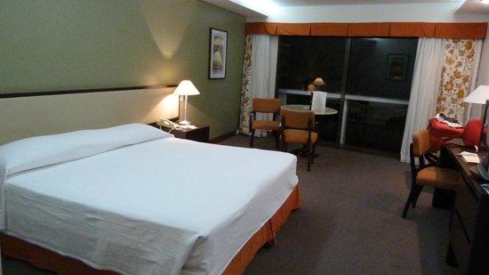 Rio Othon Palace Hotel: Habitacion lujo con una mesita solamente