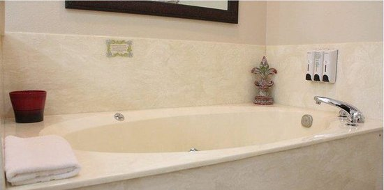 Stratford Inn: Spa Suite Kitchenette Jacuzzi Tub