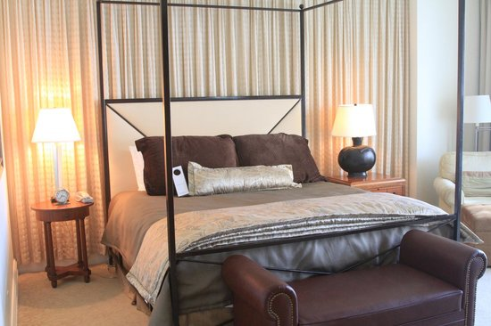 Mokara Hotel and Spa: Bed, side tables and a glimpse of the chaise lounge to the side