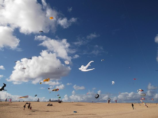 Lajares: Kite festival on Corralejo beach a long stretch of golden sand.