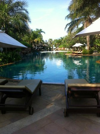 Ravindra Beach Resort & Spa : Overview of Pool