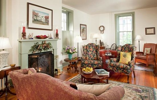 Thomas Shepherd Inn: Living room with gas fireplace; 24 hot beverages and afternoon snacks