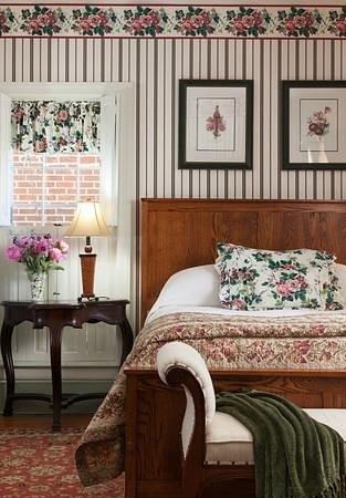 Thomas Shepherd Inn: Room 2; queen bed, ensuite bath, electric fireplace