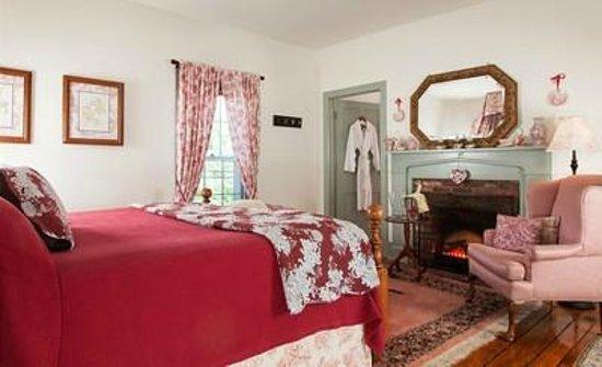 Thomas Shepherd Inn: Room 1: king bed w/ensuite bath, electric fireplace
