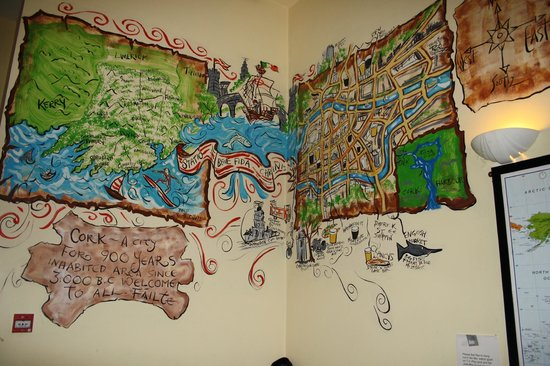 Bru Hostel: Common room wall