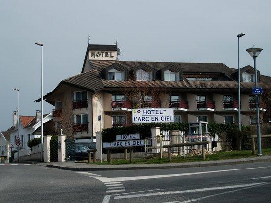 L'Arc en Ciel: Hotel from road