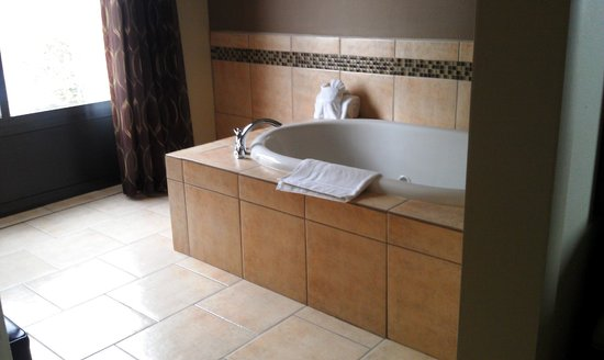 Comfort Suites New Bern: King Suite with Jacuzzi