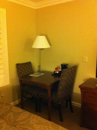 Days Inn San Diego Hotel Circle Near SeaWorld: Table and Chairs