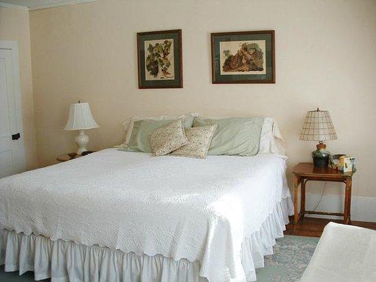Bunker Hill Inn: The King Room