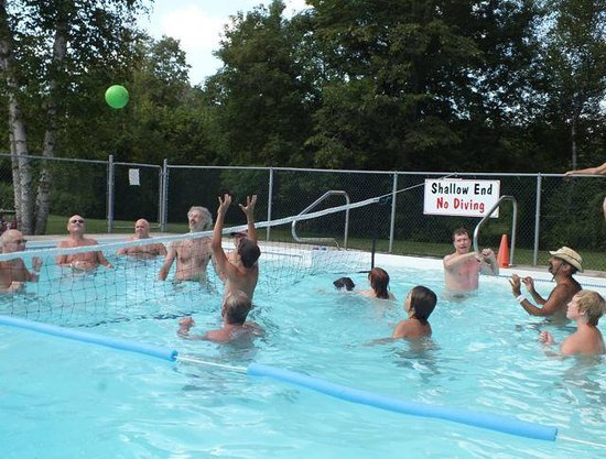 Bare Oaks Family Naturist Park: Water volleyball in the pool