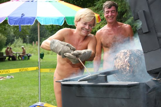 Bare Oaks Family Naturist Park: BBQ during an event