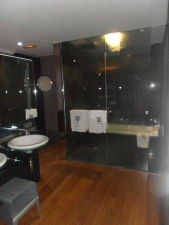 Foto de Hotel Reina Petronila, Zaragoza: Cuarto aseo, bañera y ducha ...