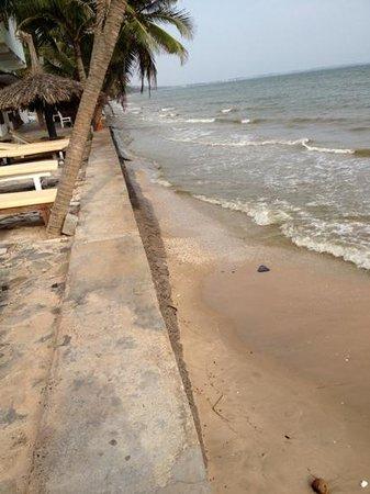 Mui Ne Paradise Beach Resort: private beach low tide