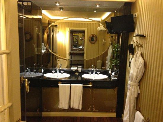 Imperial Hotel & Restaurant(former Ramada): Junior Suite Bathroom