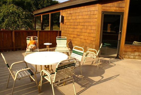 Cedar Motor Inn: Sun patio next to pool