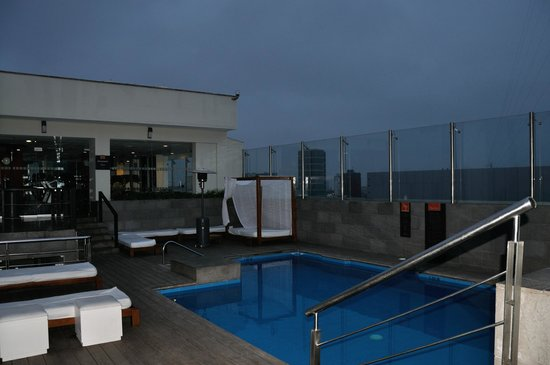 Radisson Hotel Miraflores: The pool and the bar on the roof