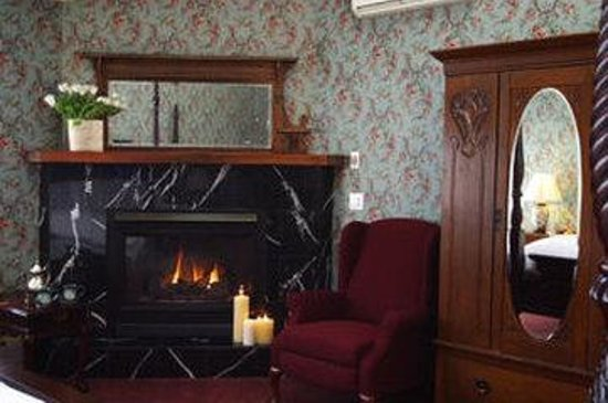 Albergo Allegria: Carriage House Lavendar Thyme Fireplace