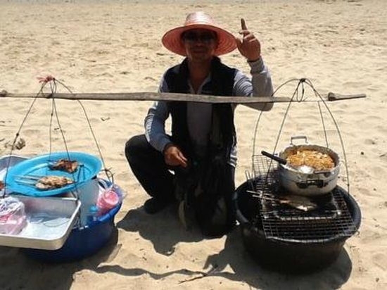 ‪بان شاونج بيتش ريزورت آند سبا: Food seller on beach‬