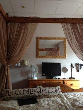 RockDene Hotel: our bedroom 4 poster bed