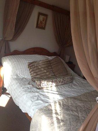 RockDene Hotel: bed