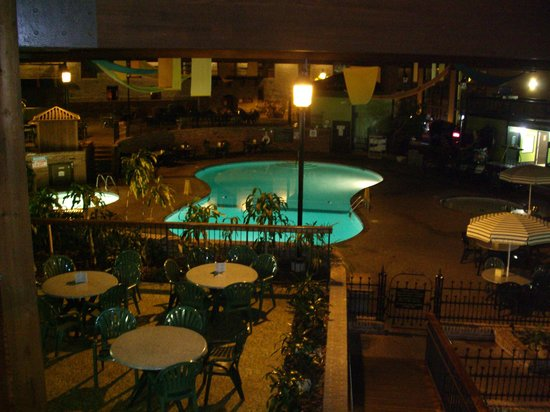 Holiday Inn Saint Louis West Six Flags: Pool area at night closed