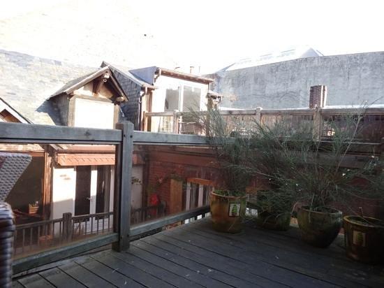 A l'ecole buissonniere: Terrasse Richtung Innenhof