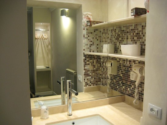 Hotel Navona: Loved the big sink w/shelving!