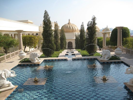The Oberoi Udaivilas: Hotel grounds