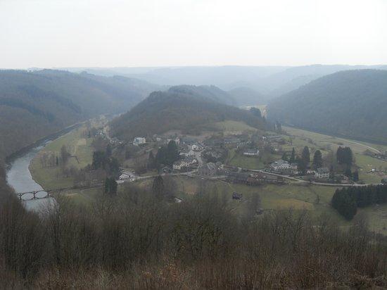 Auberge de la Ferme: Uitzicht op Frahan vanaf Rochehaut