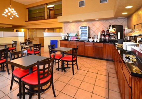 Comfort Inn Gallup : Enjoy breakfast in this seating area
