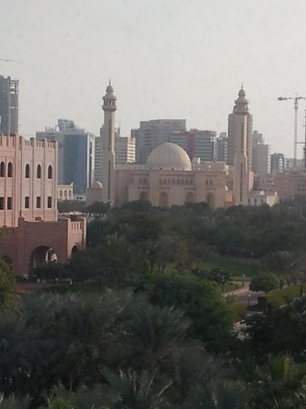 Ramada Bahrain: View of the palace and the mosque from our room.
