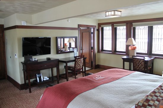 Historic Park Inn Hotel: Looking towards bathroom