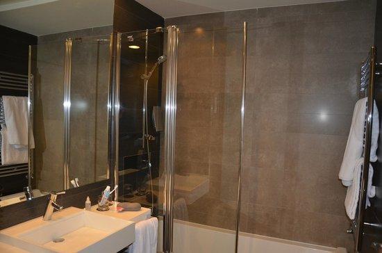 Rafaelhoteles Forum Alcala: Baño casi lujoso