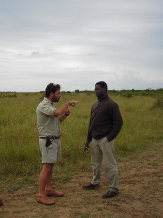andBeyond Phinda Mountain Lodge: Top Phinda ranger Devon and tracker Nkisa in discussion