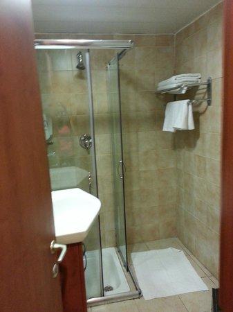 Golden Beach Hotel by Arcadia Hotels: salle de bain propre et avec eau chaude et froide fonctionnant très bien