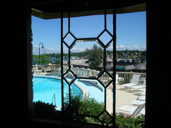 Weathervane Terrace Inn and Suites: Lobby over looking the pool and the bridge