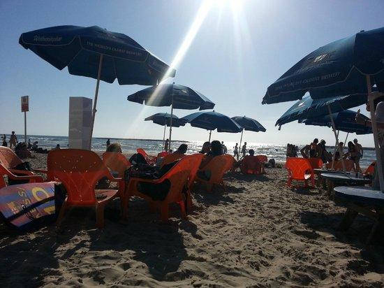Golden Beach Hotel by Arcadia Hotels: Plage en face de l'hotel avec son restaurant un vrai délice
