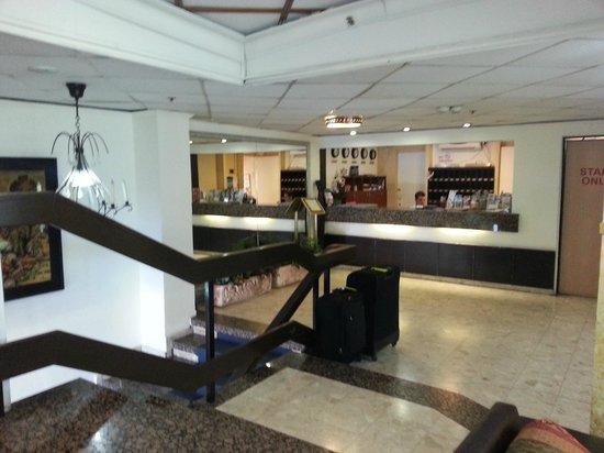 Golden Beach Hotel by Arcadia Hotels: Accueil -Réception de l'ôtrl avec vidéo surveillance à l'entrée principale