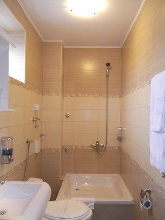 Garni Hotel Dash: nice bathroom (once the shower screens arrive)