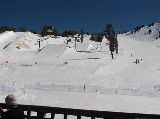 Sierra Nevada Resort & Spa: Outside barbeque/bar,see snow park