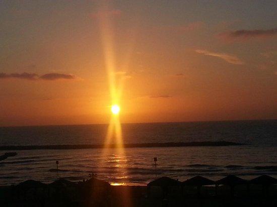 Golden Beach Hotel by Arcadia Hotels: Coucher de soleil magnifique tous les soir