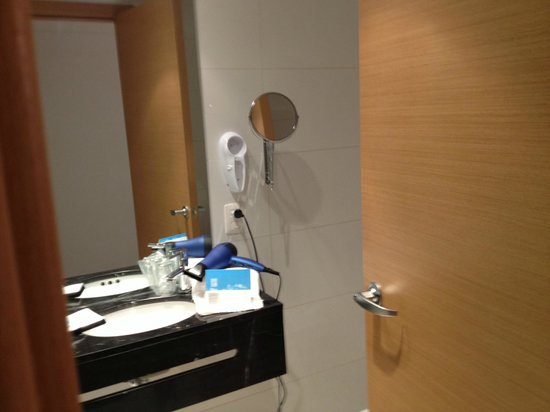 Sisai Hotel Boutique: Bathroom with magnifying mirror