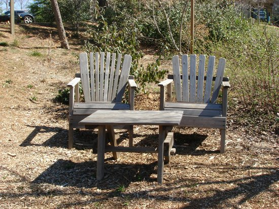Orchard Hill Country Inn: Chairs on grounds