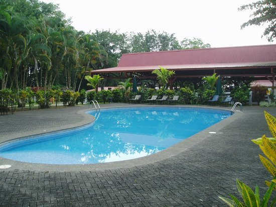 Arenal Country Inn: Pool & breakfast area