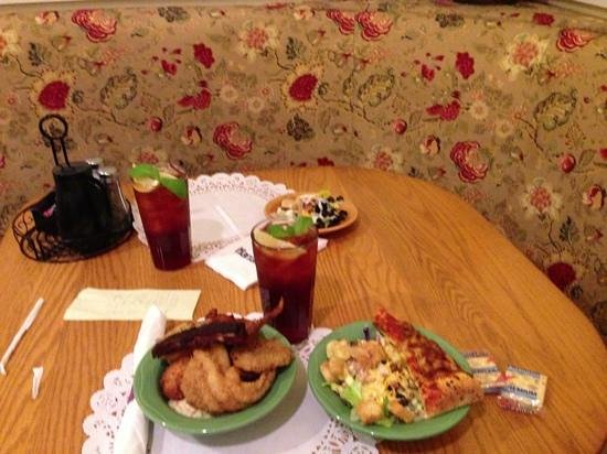 Paula Deen Buffet : iced tea and meal