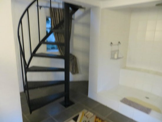 Rorke's Drift Lodge: stairs down to bathroom