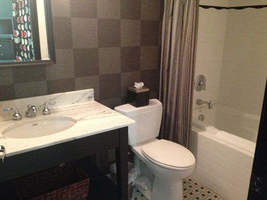 San Joaquin Suite Hotel: Bathroom. Room 103